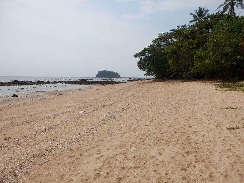 der Strand bei Ebbe zur Rechten vom Resort